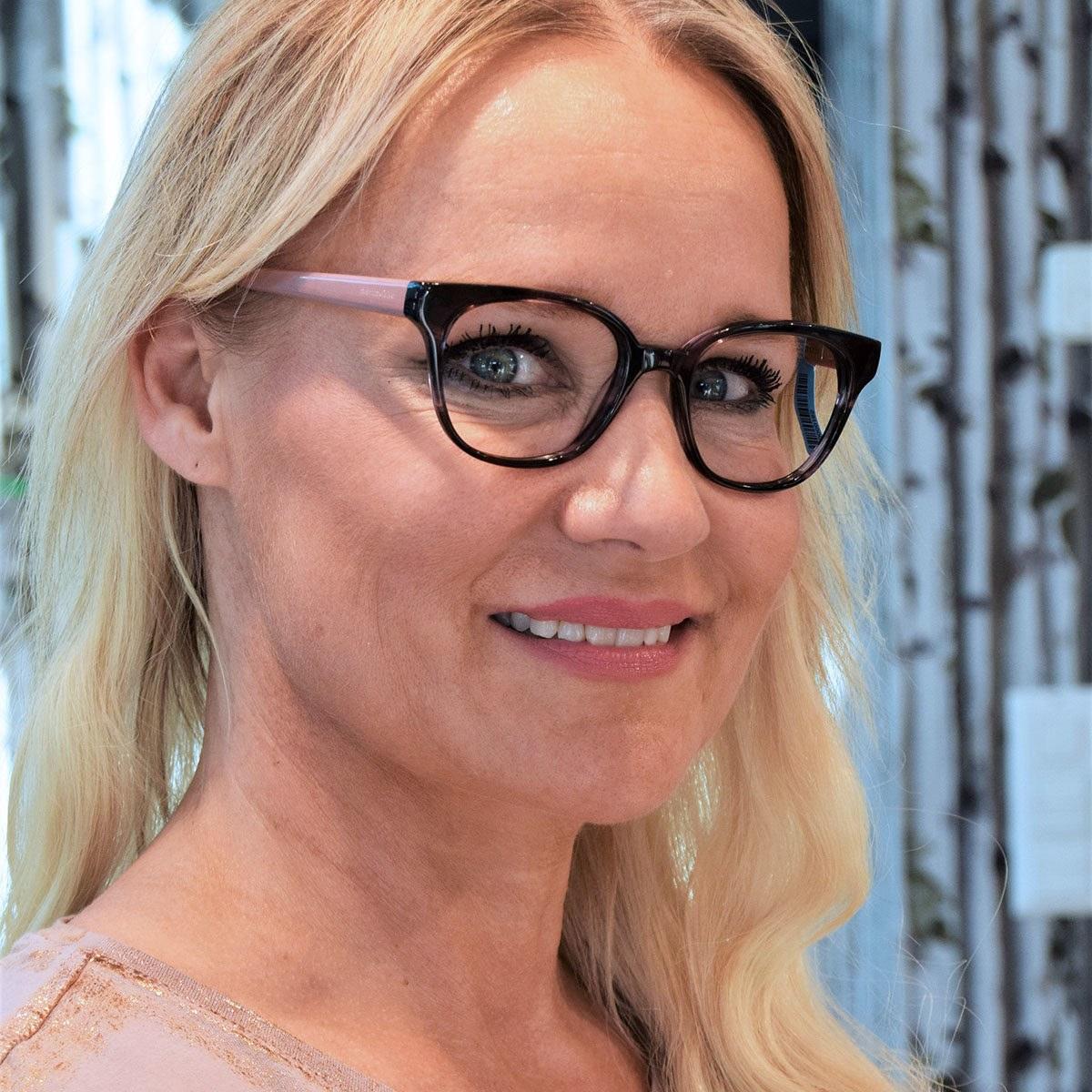 Frau lachelnd mit Brille close-up 2