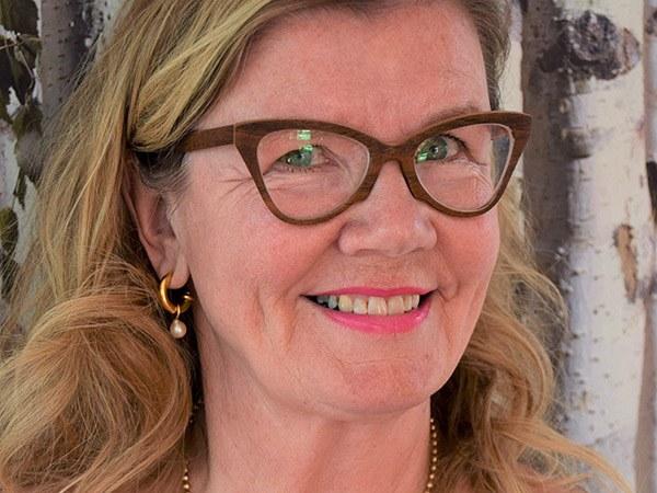 Frau mit Holzbrillen Arja